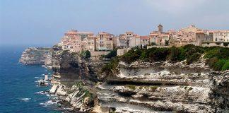 10 lenyűgöző, sziklákra épült város a világ minden tájáról