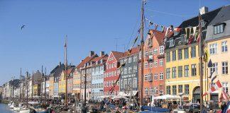 10 varázslatos város színes házakkal